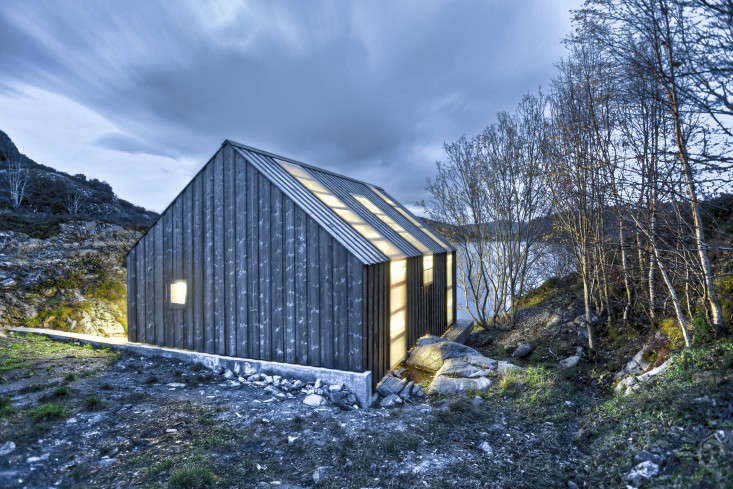 A boathouse designed by Norwegian architecture firm Tyin Tegnestue