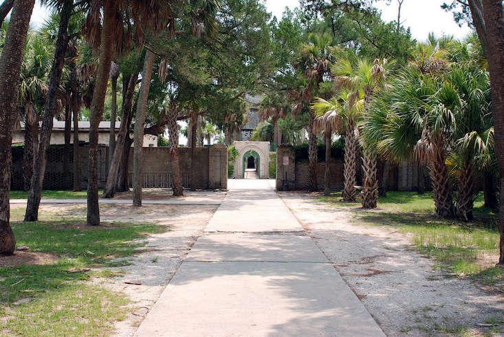 atalaya-castle-entrance-palm-trees-mattmangum-flickr