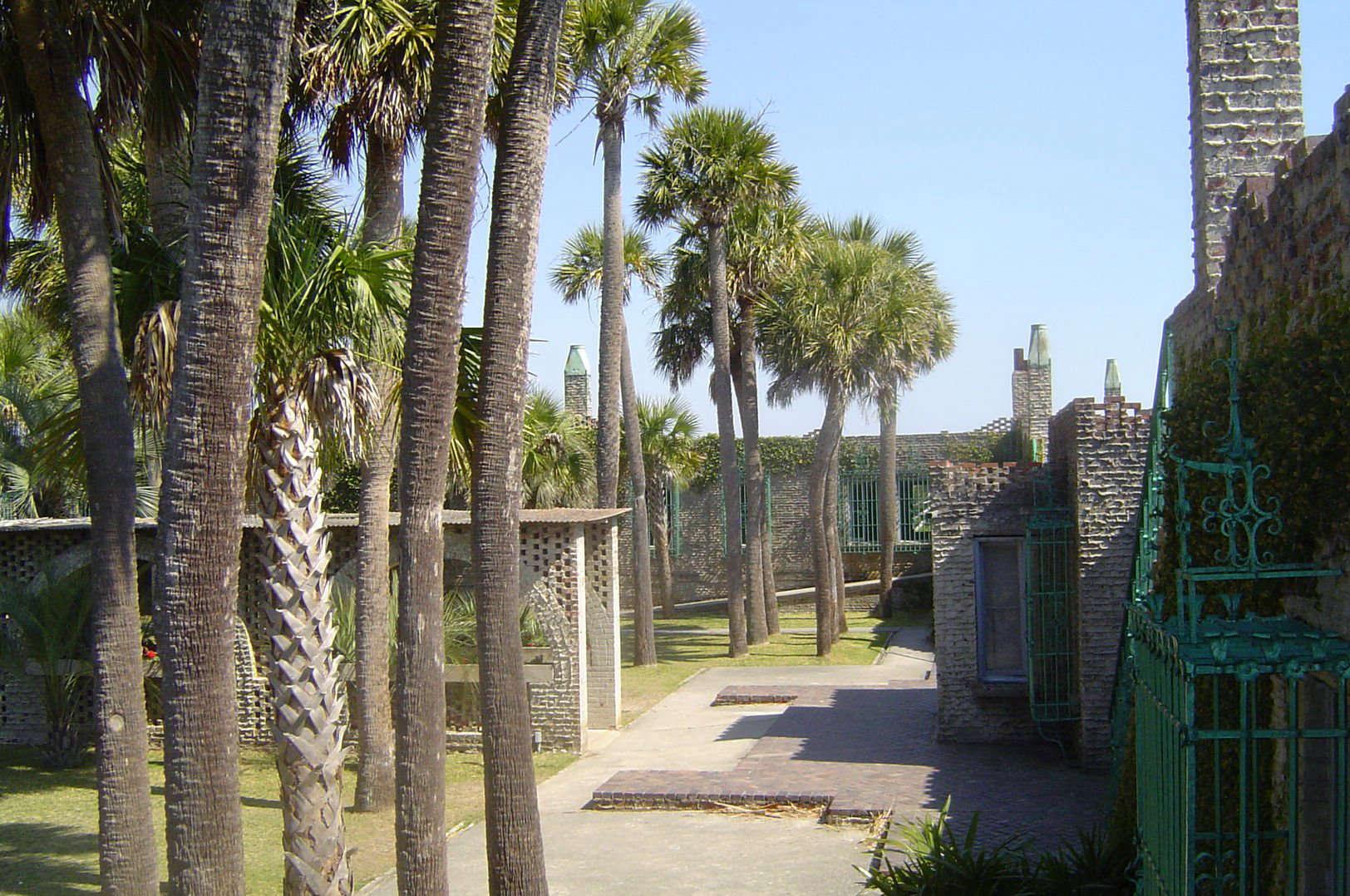atalaya-castle-palm-trees-courtyard-doug-coldwell-wikimedia