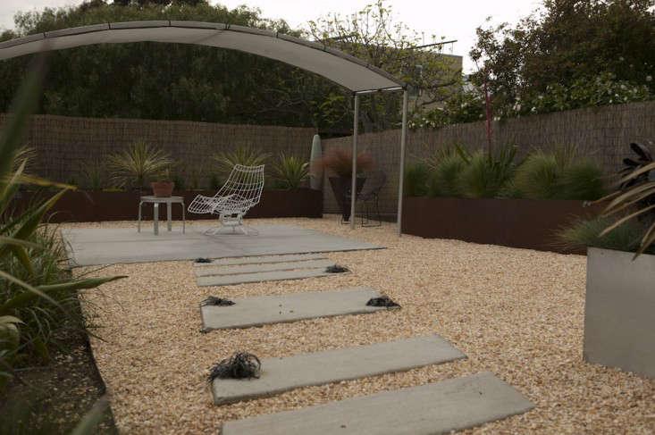 concrete-pavers-gravel-bamboo-fence-shade-pergola-gardenista