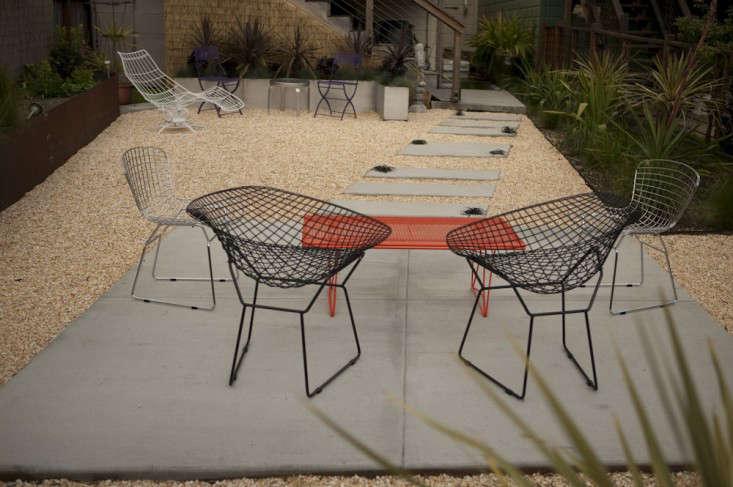 patio-concrete-bertoia-gravel-gardenista