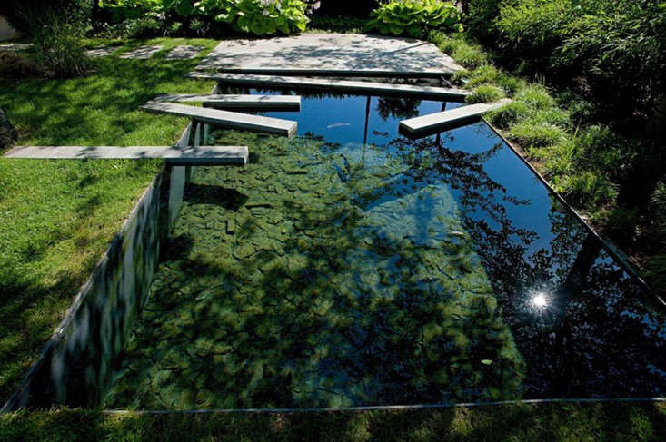 &#8\2\20;The black slate bottom slabs shimmering through the water make the pool&#8\2\17;s surface reminiscent of a dark mirror,&#8\2\2\1; says Wagnerová.