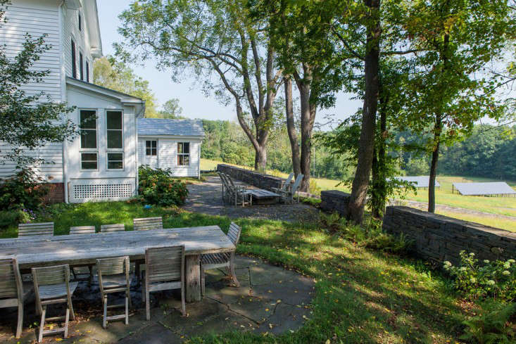 Wisniewski-outdoor-dining-table-hudson-valley-retaining-walls-stone-white-wood-siding