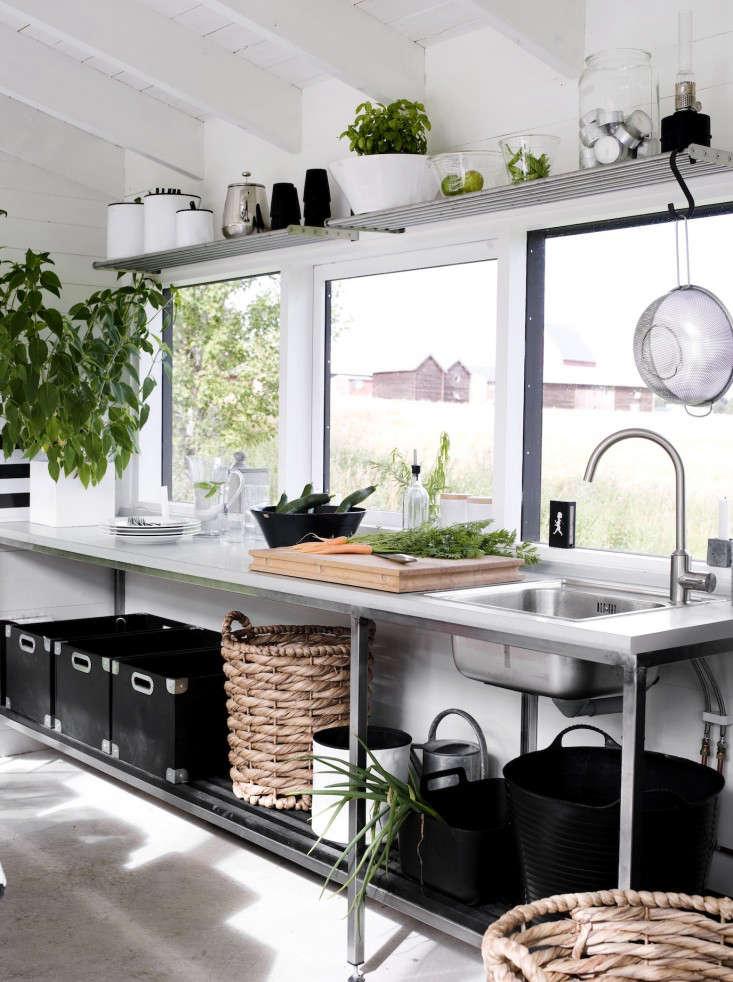 black-white-orangery-outbuilding-gardenista-sink-2