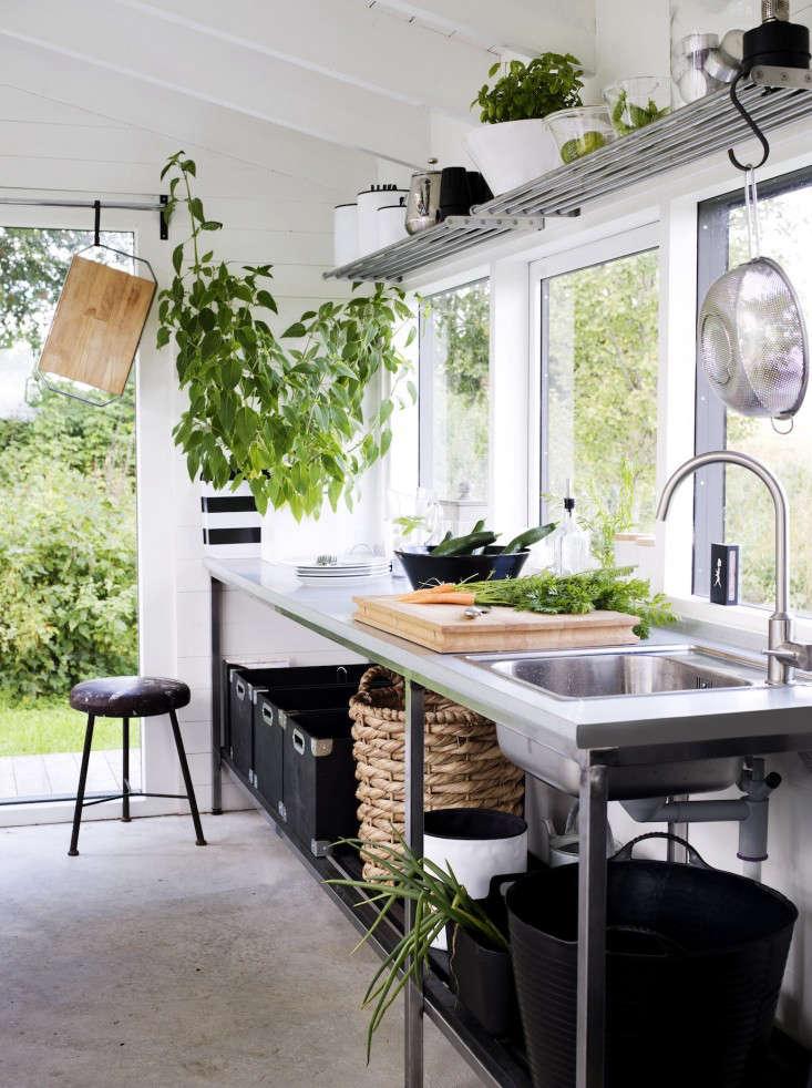 black-white-orangery-outbuilding-gardenista-sink