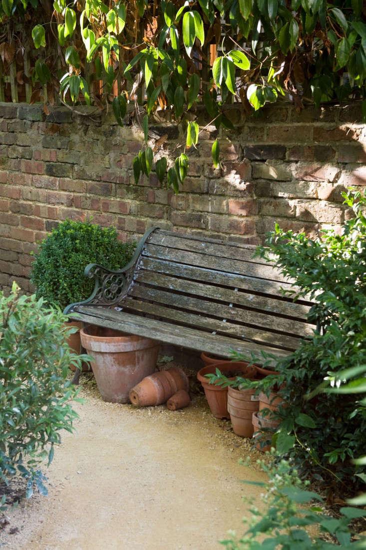 chris-moss-london-garden-bench-wood-brick-wall-terra-cotta-pots-gardenista