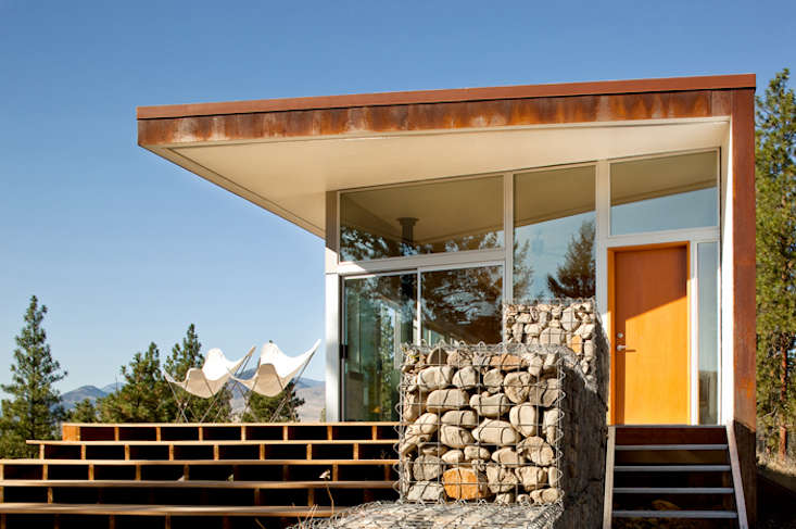 ArchitectDavid Coleman&#8\2\17;s Hill House usesgabion as a stair rail and visual divider between the entry stairs and the deck. Photograph by Lara Swimmer courtesy of David Coleman Architecture.