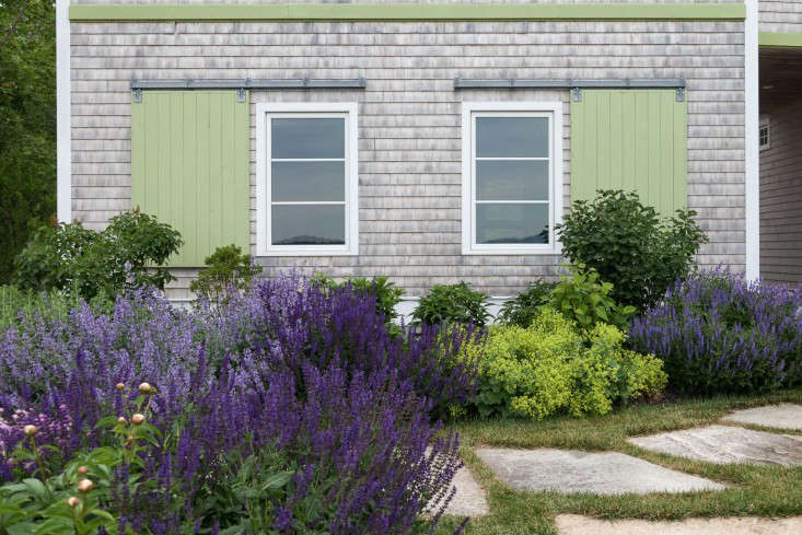 15-matthew-cunningham-landscape-design-clamshell-alley-shutters-garage-gardenista-e1466703449516