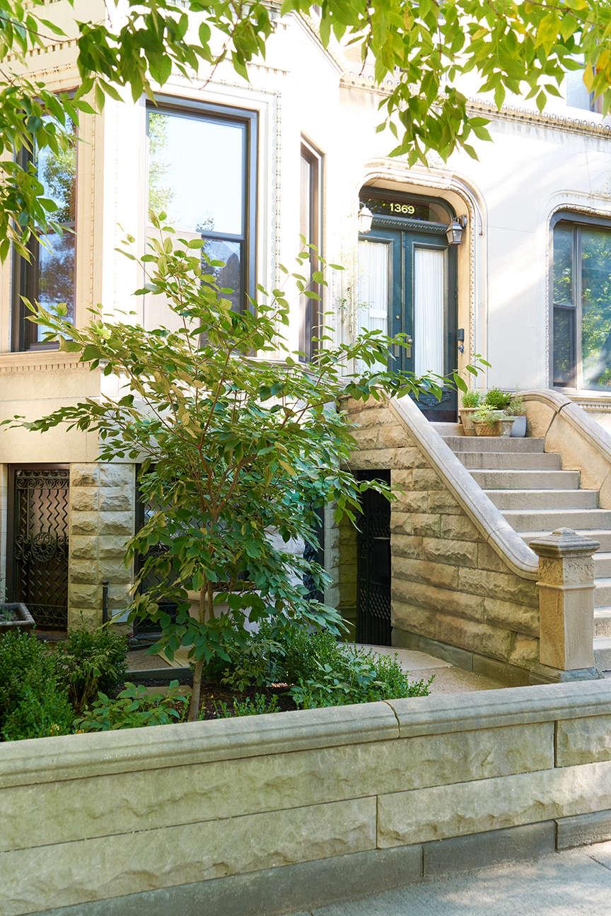 jen_catto_townhouse_facade_stoop_brooklyn_gardenista_dsc00295