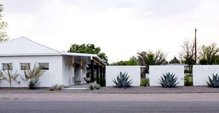 Four Donald Judd-like concrete walls create a privacy screen. Photograph via Barbara Hill Design.