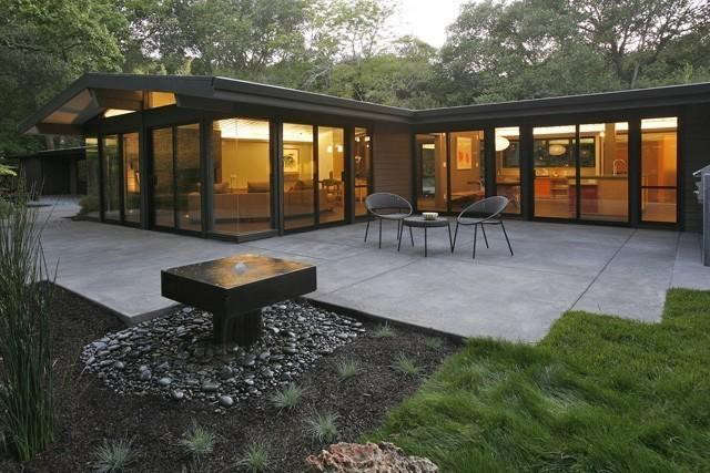 Hart-wright-architects-midcentury-house-with-water-feature-Gardenista