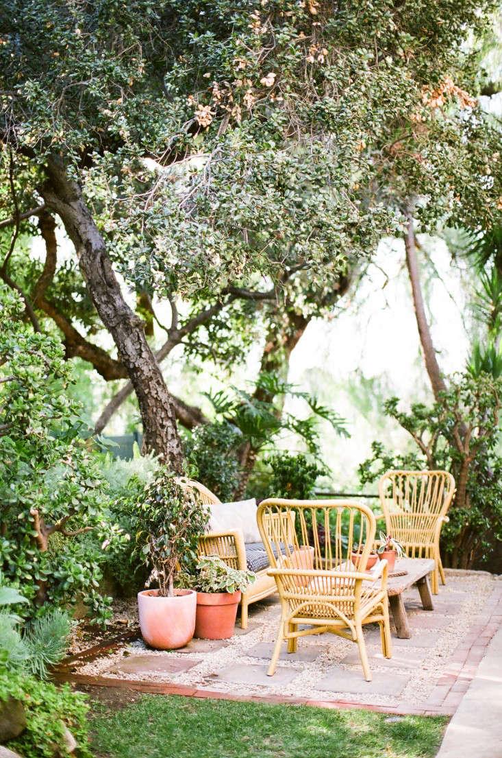 Kathleen-Whitaker-Echo-Park-Garden-Seating-Area-Gardenista-01