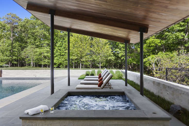 Khanna-Schultz-pool-house-in-Watermill-03-Gardenista