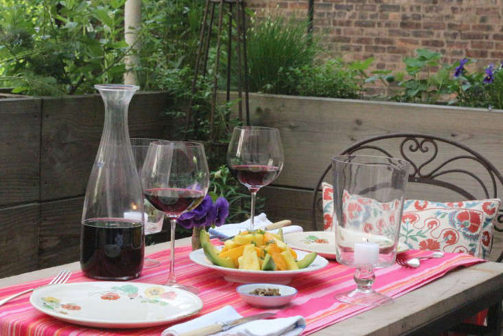outdoor-dining-balcony-carafe-wineglasses-table-runner-marie-viljoen-gardenista