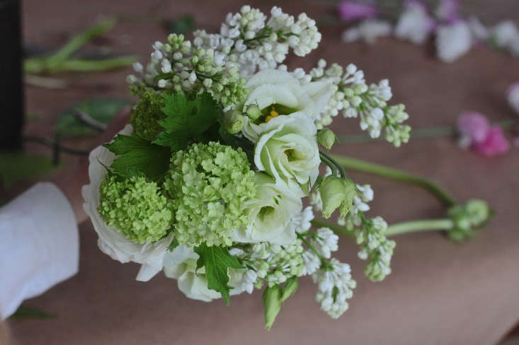 Ode-to-Spring-Bouquet-assembling-base-Justine-Hand-Gardenista