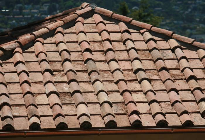 The Roman style, common in Tuscan architecture,alternates barrel tiles with flat tiles. An expert atCooritalia, a specialist in reclaimed clay roof tiles, says there&#8\2\17;s no advantage to this system; it is purely for aesthetics. Photograph courtesy of Cooritalia.