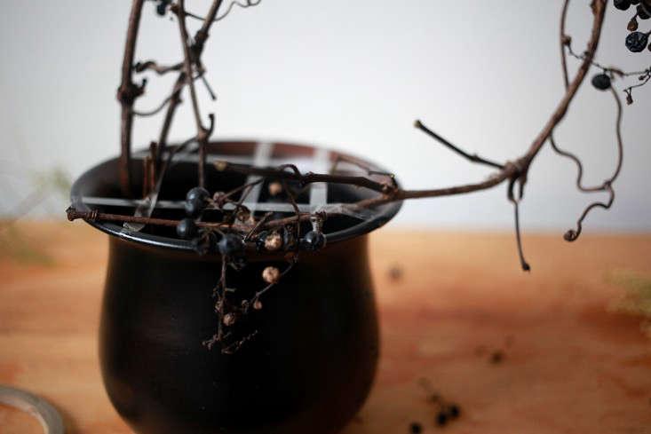 Sophia_Moreno_Bunge_Gardenista_Floral_Arrangement_DIY_Wild_Grape_step2