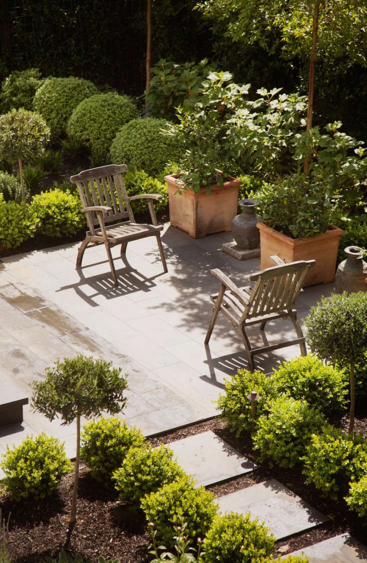 Asimple pea gravel borderextends the living space. Seen here, a patioin a garden in architect Barbara Chambers&#8