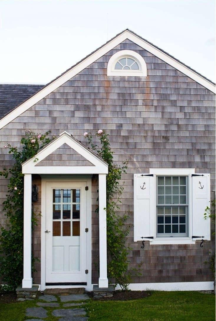 brewster-roses-entryway-portico-new-england-gardenista