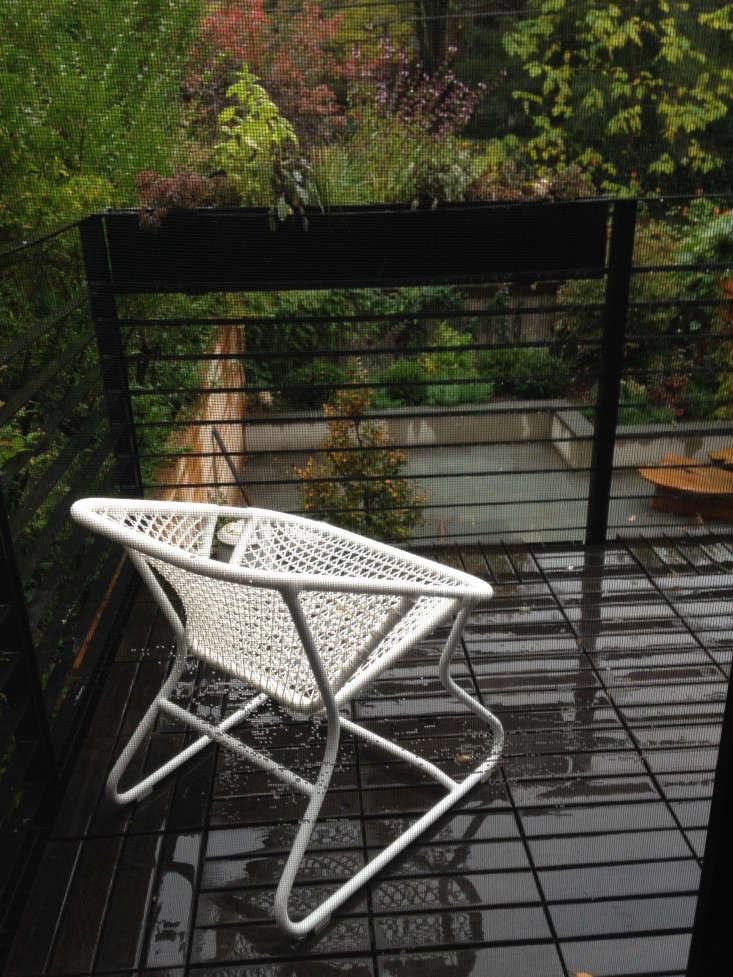 brooklyn-prospect-townhouse-garden-balcony-fermob-chair-gardenista