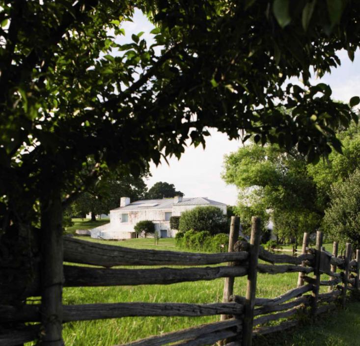 bunny-mellon-oak-spring-farms-fence-gardenista