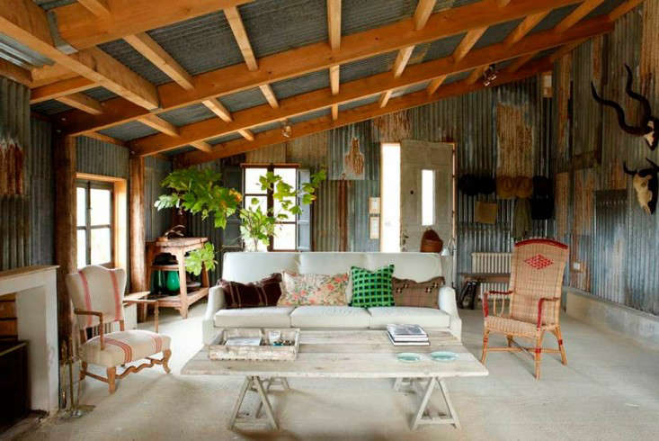 In Biarritz on the Basque coast of southwestern France, interior designerIsabel López-Quesada left the corrugated metal walls exposed in her summerhouse cabin.