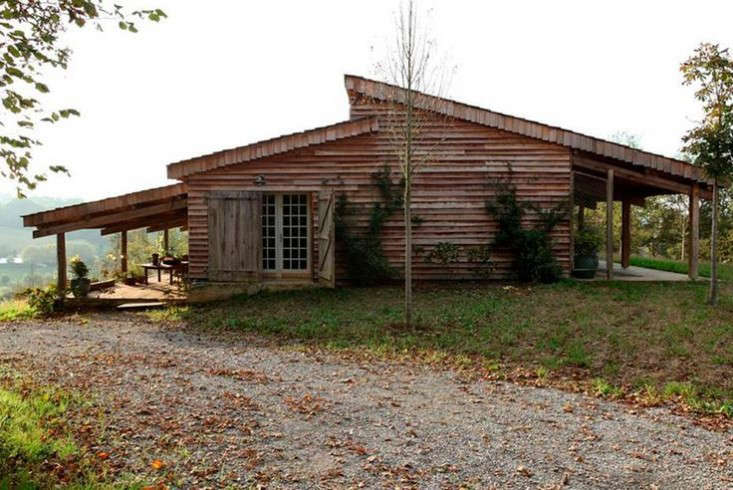 The cabin&#8\2\17;s facade is sided with cedar shingles and eucalyptus wood.