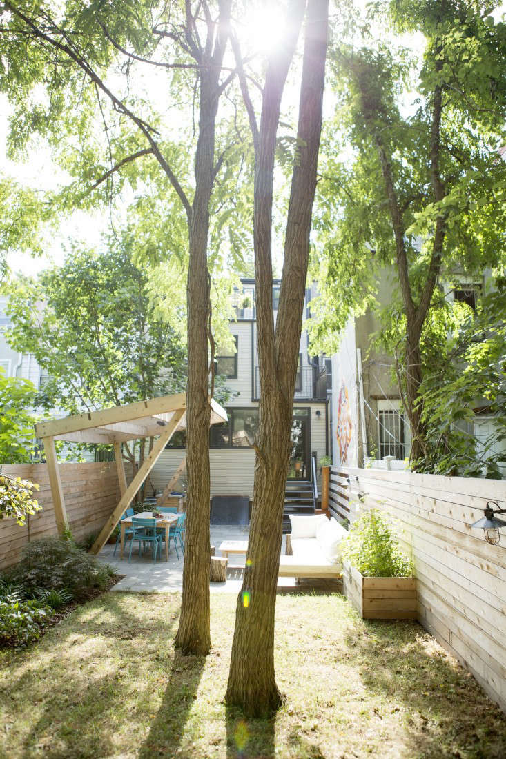 &#8\2\20;Mike and Sarah were open to design ideas,&#8\2\2\1; says Sean Lewis, &#8\2\20;but they specifically asked for a &#8\2\16;showstopper&#8\2\17;.&#8\2\2\1; They got it in the wooden pergola, a cantilevered structure that shades the dining table in the middle of the day and defines the space.
