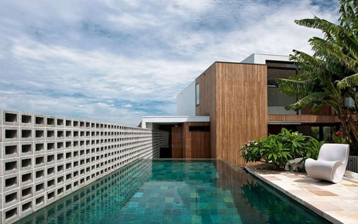 A concrete block wall provides poolside privacy without blocking panoramic views from a house by Sydney-based MCK Architects. Photograph courtesy of MCK Architects.