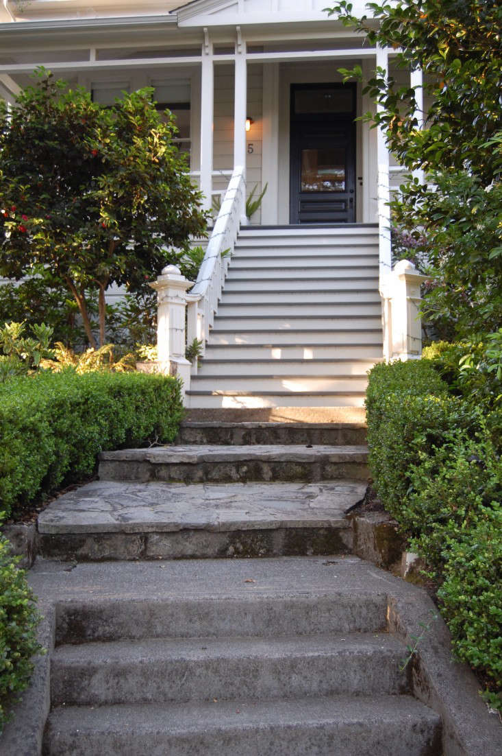 flagstone-front-steps-boxwood