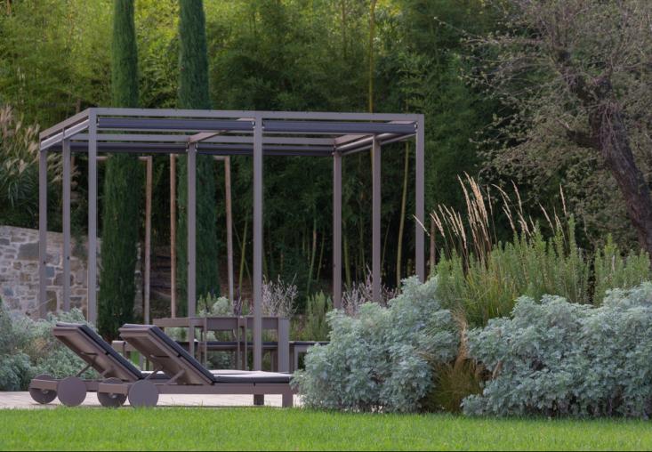 italy-cristiana-ruspa-garden-pergola-lounge-chairs--lawn-gardenista