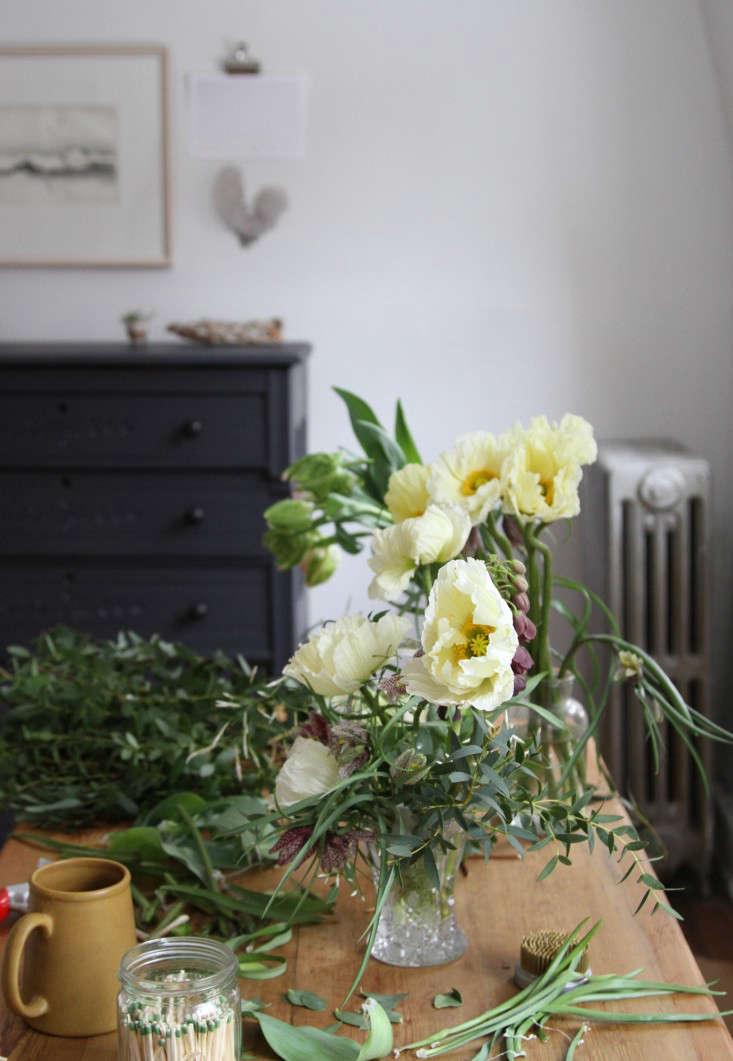 jamess-daughter-flowers-living-room-erin-boyle-gardenista