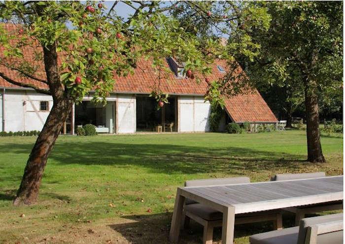 AID Architecten's reworked farmhouse in Belgium
