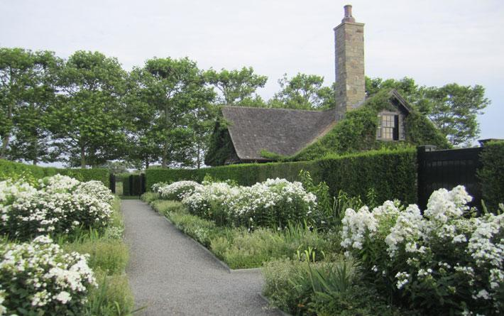 A white garden, with perennial beds of lilies, catmint, irises, and phlox. Photographycourtesy ofQuincy Hammond Landscape Architect, fromGrandeur in the Hamptons: A Sprawling Estate, Sunken Rose Garden Included.