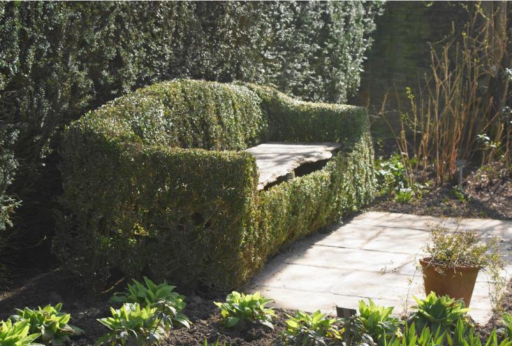 sissinghurst-garden-bench-topiary-gardenista