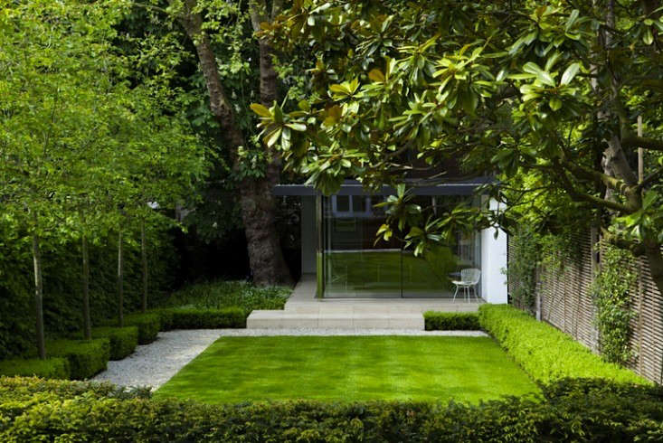 These garden paths are lined with pearly quartz gravel. The gravel also functions as a transition between the hardscaping of the terrace and the softer garden plantings. For more, see Landscape Architect Visit: A London Terrace Gets a Grownup Update from del Buono Gazerwitz.