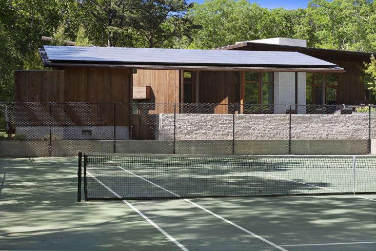 tennis-court-water-mill-ny-gardenista
