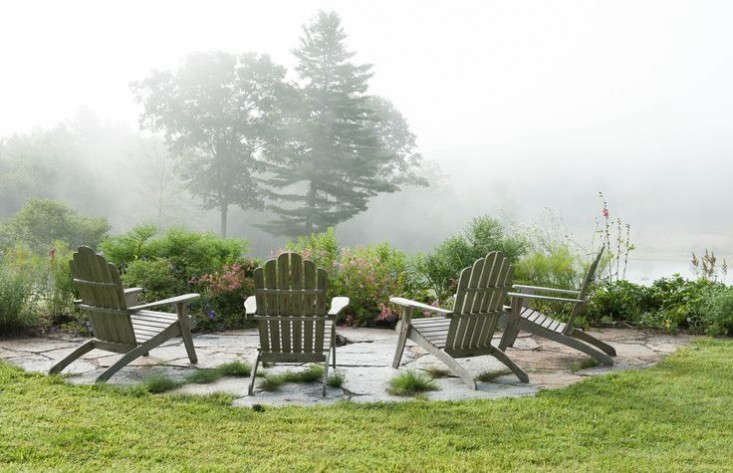 vermont-garden-adirondack-chairs-fire-pit-gardenista