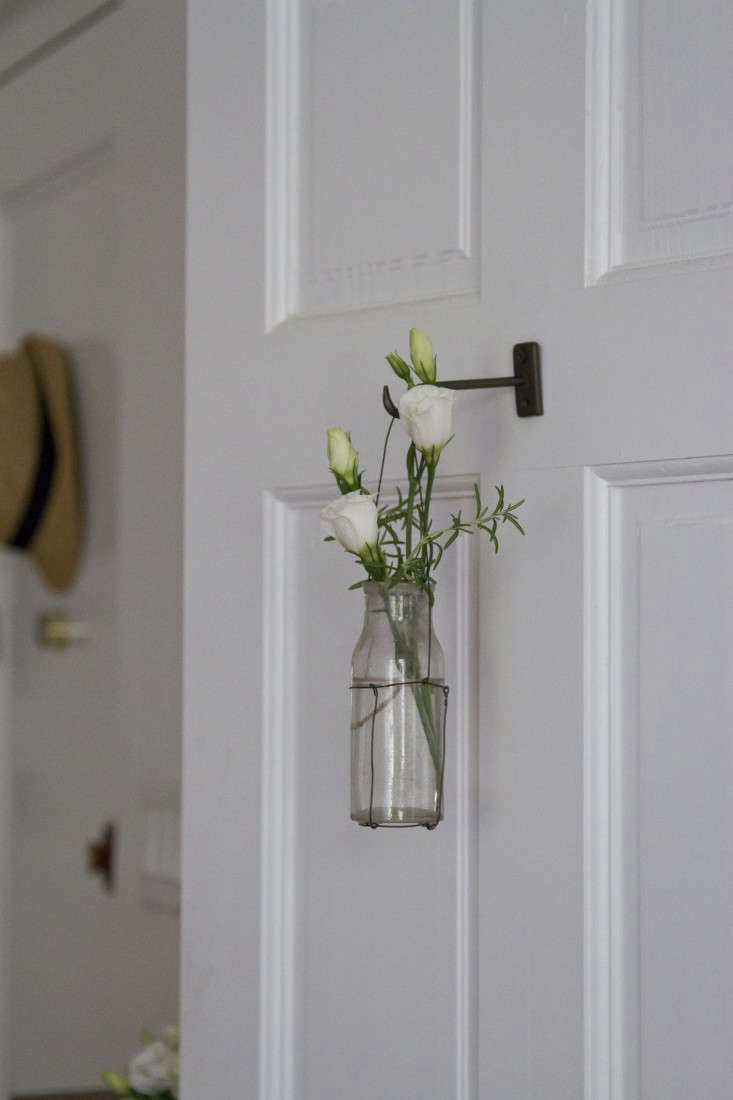 wire-vase-erin-boyle-gardenista-16