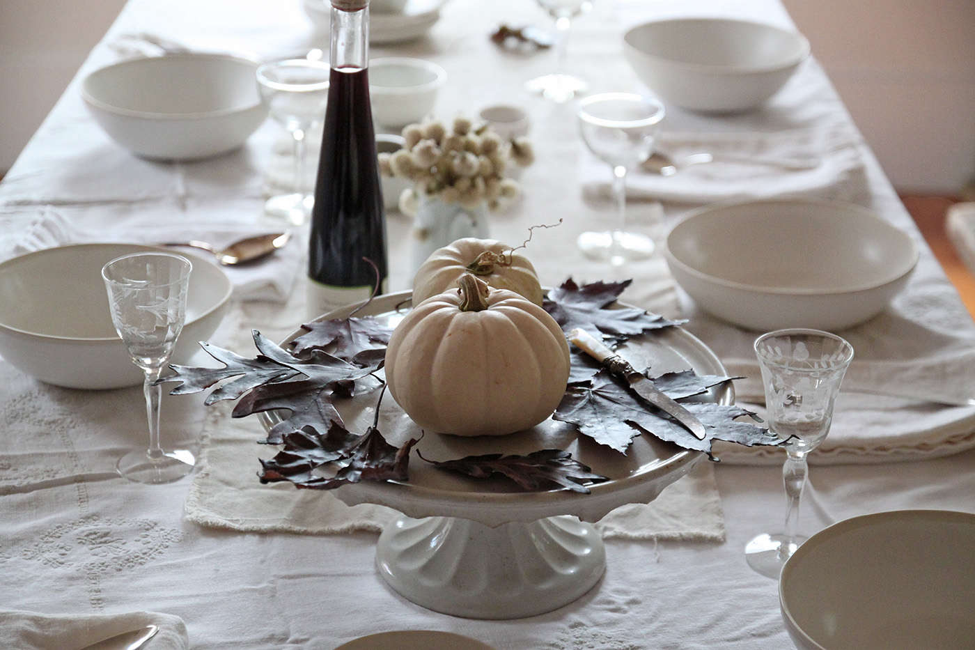Halloween%20table%20with%20Black%20Leaves%2C%20leaf%20centerpiece%2C%20by%20Justine%20Hand%20for%20Remodelista