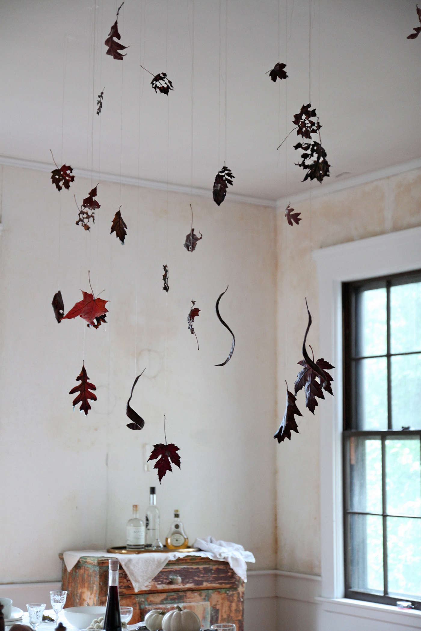 Halloween%20table%20with%20Black%20Leaves%2C%20leaf%20detail%201%2C%20by%20Justine%20Hand%20for%20Remodelista