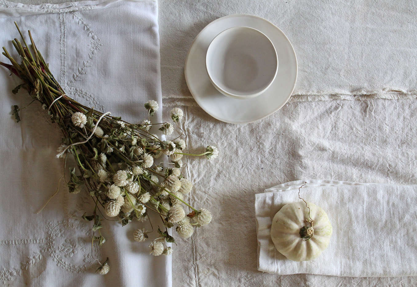 Halloween%20table%20with%20Black%20Leaves%2C%20white%20elements%2C%20by%20Justine%20Hand%20for%20Remodelista.jpg
