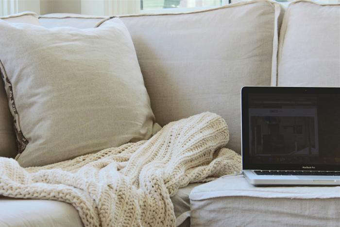 700_computer-cord-on-sofa-use