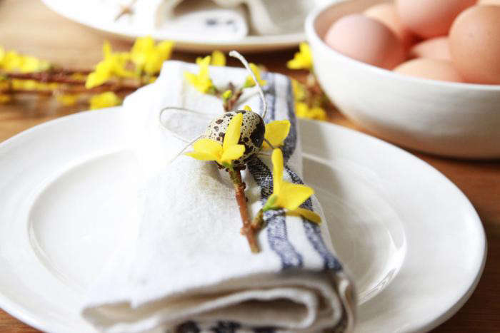700_rolled-napkin-with-sprig-of-forsythia-and-quail-egg