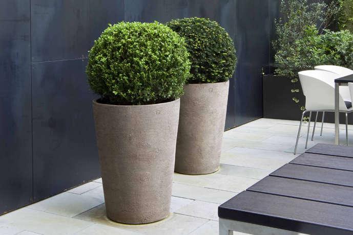 A pair of Atelier Vierkant planters in situ.