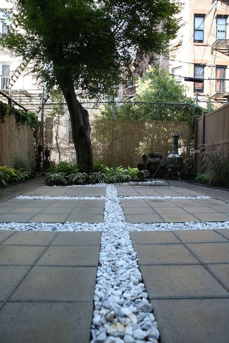 ishka-designs-brooklyn-garden-white-stones-concrete-pavers-gardenista