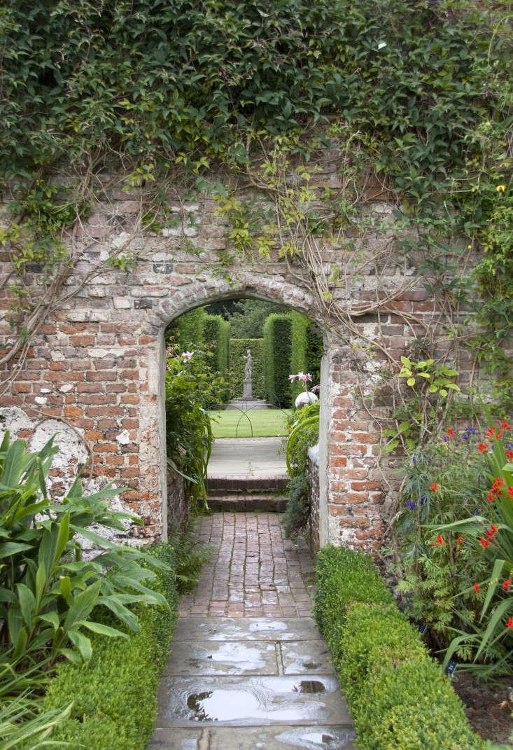 Sissinghurst-gardens-sculpture-brick-walls-tony-hisgett-wikimedia