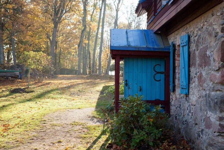 Freunde-von-Freunden-Aigars-Bikse-blue-doorway-latvia-gardenista