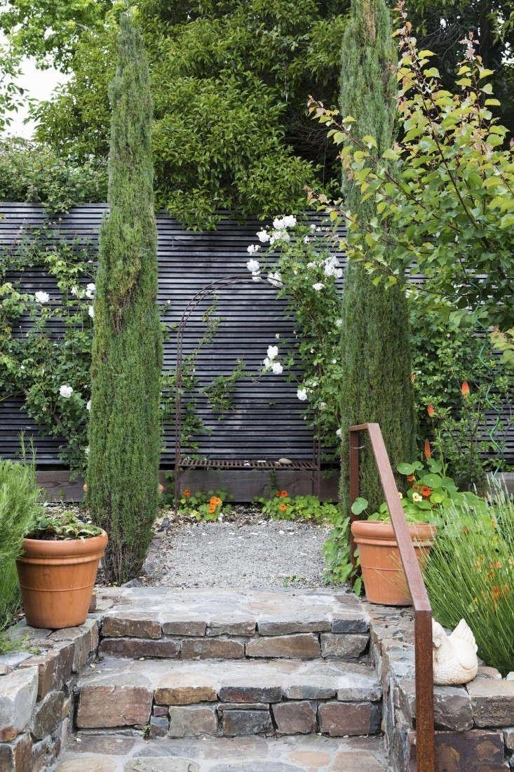 mill-valley-fence-nicole-franzen-gardenista-733x1100-1