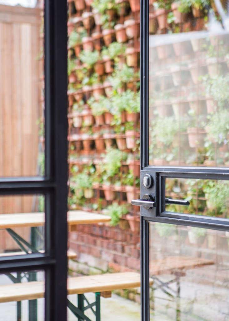 vertical-garden-wall-larritt-evans-2-gardenista
